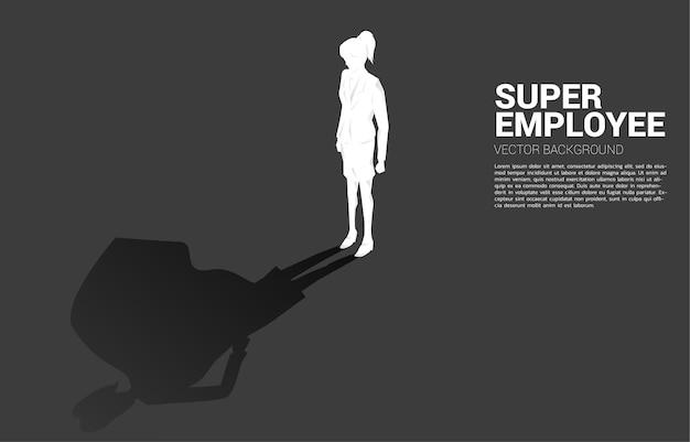 実業家のシルエットとスーパーヒーローの彼女の影。可能性と人的資源管理に力を与えるという概念 Premiumベクター