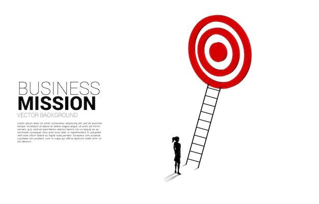 ダーツボードをターゲットに梯子で実業家のシルエット。ビジョンミッションのコンセプトとビジネスの目標 Premiumベクター