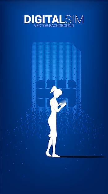 女性のシルエットは、ピクセル変換からデジタルsimで携帯電話を使用します。モバイル技術とネットワークのコンセプトです。 Premiumベクター
