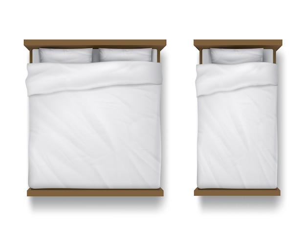 Односпальные и двуспальные кровати с белой простыней, подушками и пуховым одеялом Бесплатные векторы