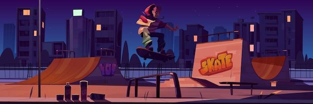 夜にスケートボードに乗っている男の子とスケートパーク。ランプ、壁の落書き、ティーンエイジャーのジャンプのある漫画の街並み。街灯に照らされた極端なスポーツ活動のための遊び場 無料ベクター