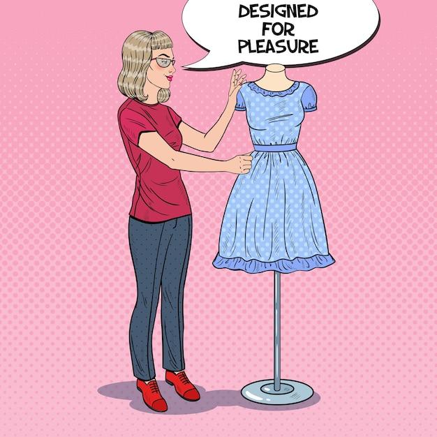 マネキンのドレスと仕事で笑顔のファッションデザイナー Premiumベクター