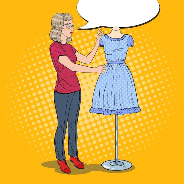 マネキンのドレスと笑顔の女性のファッションデザイナー Premiumベクター