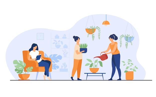 Улыбающиеся девушки в теплице, выращивающие растения в горшках, изолировали плоскую векторную иллюстрацию. герои мультфильмов ухаживают за комнатными растениями в домашнем саду. Бесплатные векторы