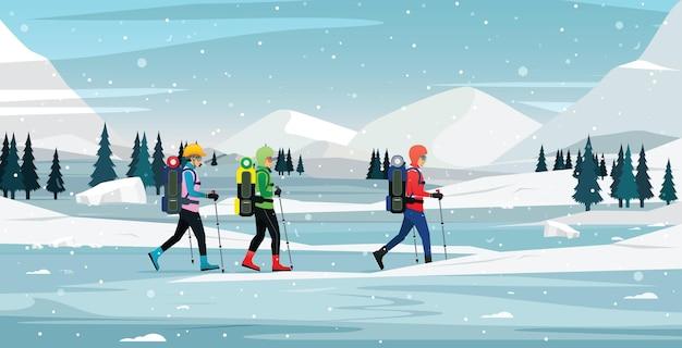 スノークライマーが氷の山まで歩いています。 Premiumベクター