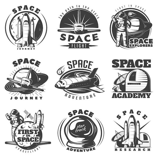 Spazi gli emblemi bianchi neri dei viaggi e delle accademie con attrezzatura scientifica della navetta dell'astronauta isolata Vettore gratuito