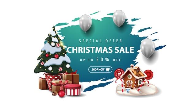 特別オファー、クリスマスセール、白い風船のバナー、ギフト付きの鍋にクリスマスツリー、クリスマスジンジャーブレッドハウス。白い背景で隔離の青い破れたバナー。 Premiumベクター