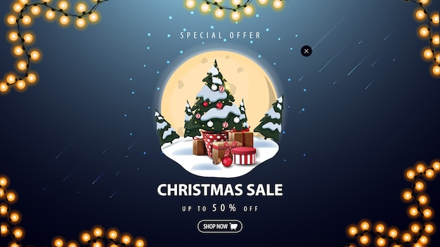 特別オファー、クリスマスセール、大きな満月の青い割引バナー、雪のドリフト、松、星空、ギフト付きのポットのクリスマスツリー Premiumベクター