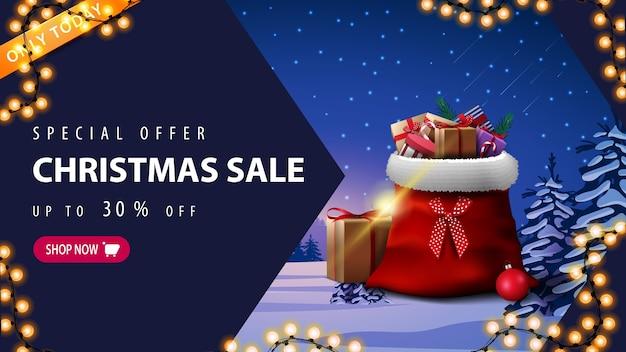 特別オファー、クリスマスセール、最大30オフ、花輪付き割引バナー、ピンクのボタン、矢印、プレゼントと冬の風景が入ったサンタクロースバッグ Premiumベクター