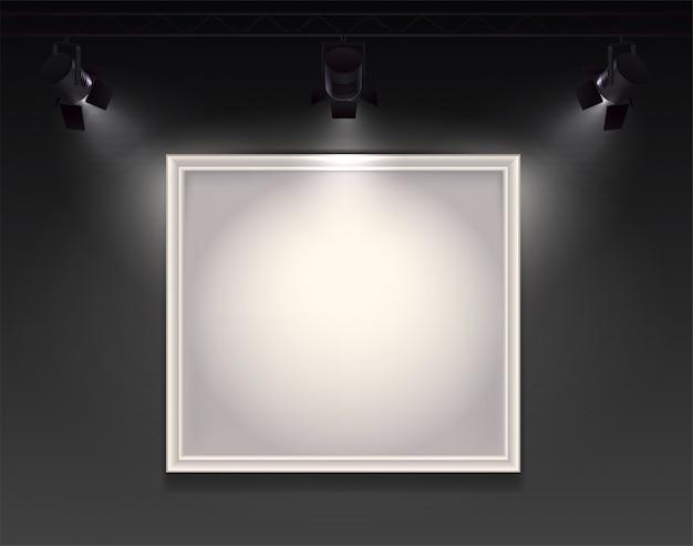 Composizione realistica di faretti con vista a parete con cornice vuota appesa evidenziata da tre faretti Vettore gratuito