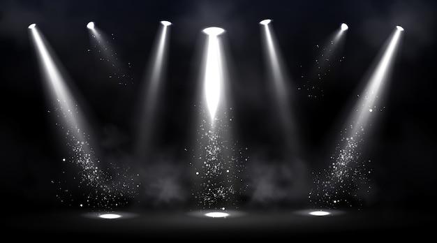 Сцена освещена прожекторами. пустая сцена с пятном света на полу. Бесплатные векторы
