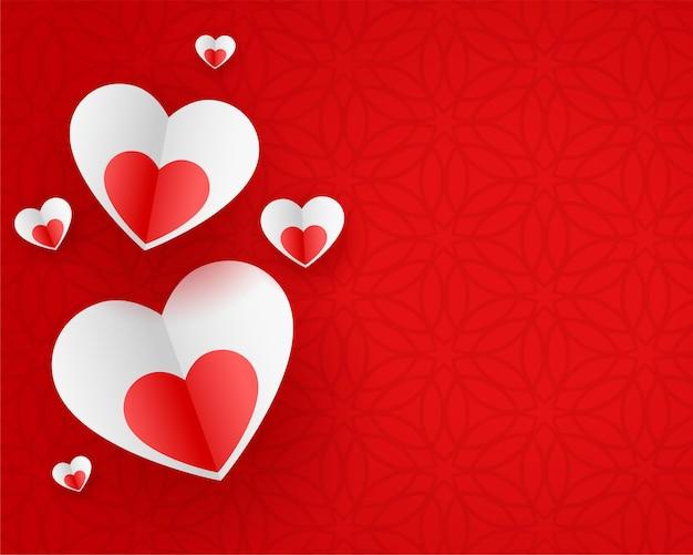 Cuori di carta alla moda su sfondo rosso Vettore gratuito