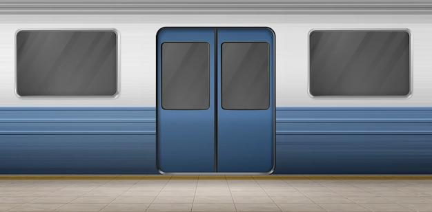 Porta della metropolitana, treno della metropolitana sulla piattaforma della stazione vuota con pavimento piastrellato, esterno della carrozza sotterranea con porta chiusa e finestre. ferrovia metropolitana, ferrovia. illustrazione realistica di vettore 3d Vettore gratuito