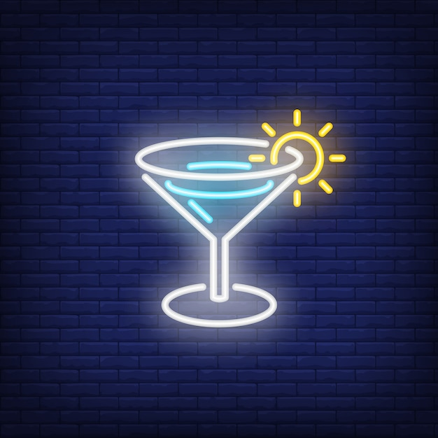 Summer beverage neon sign. margarita cocktail with shining sun on edge of glass. Free Vector