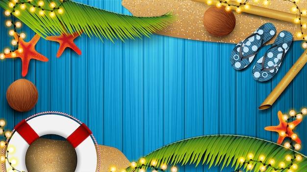 夏の要素と青い木の板、トップビューでビーチアクセサリー。夏の割引のための空のバナー。夏のグラフィックテンプレートの背景 Premiumベクター