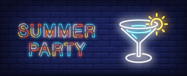Summer party in neon style. colorful text and cocktail on brick wall background. Free Vector