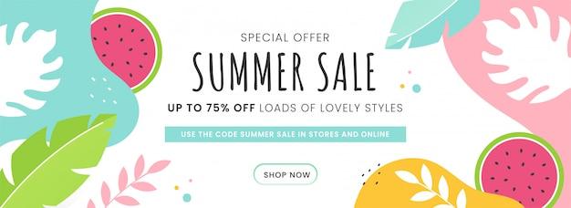 Летняя распродажа заголовков или дизайн баннера с 75% скидкой, арбуз и тропические листья украшены на абстрактный фон. Premium векторы