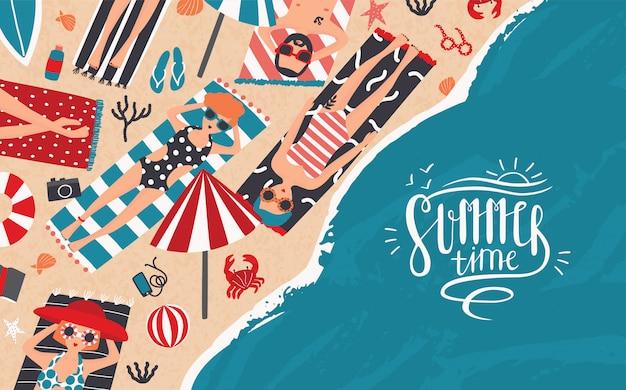 夏の時間。レクリエーション、リラックス、旅行のテーマの水平広告バナー。トレンディな若者がビーチで日光浴します。上面図。レタリングと漫画のスタイルのカラフルなイラスト。 Premiumベクター