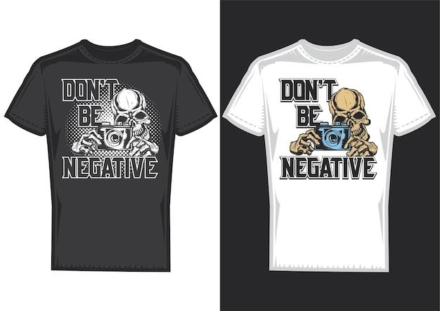 Образцы дизайна футболки с изображением черепа фотографа с фотоаппаратом. Бесплатные векторы