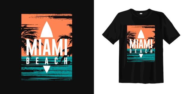 夕日とヤシの木のシルエットを持つマイアミビーチグラフィックtシャツ Premiumベクター