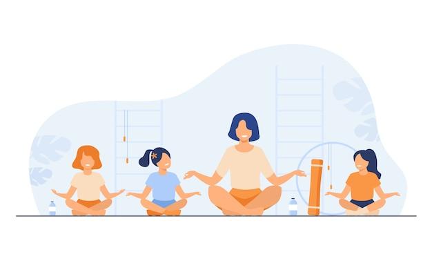 Учитель и дети, сидящие в позе йоги, изолировали плоскую векторную иллюстрацию. мультипликационный инструктор и дети делают упражнения в тренажерном зале. Бесплатные векторы