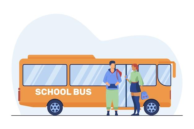 학교 버스에 서있는 십 대 커플. 학교 학생, 소년과 소녀 평면 벡터 일러스트 레이 션을 얘기. 통근, 데이트, 청소년 무료 벡터