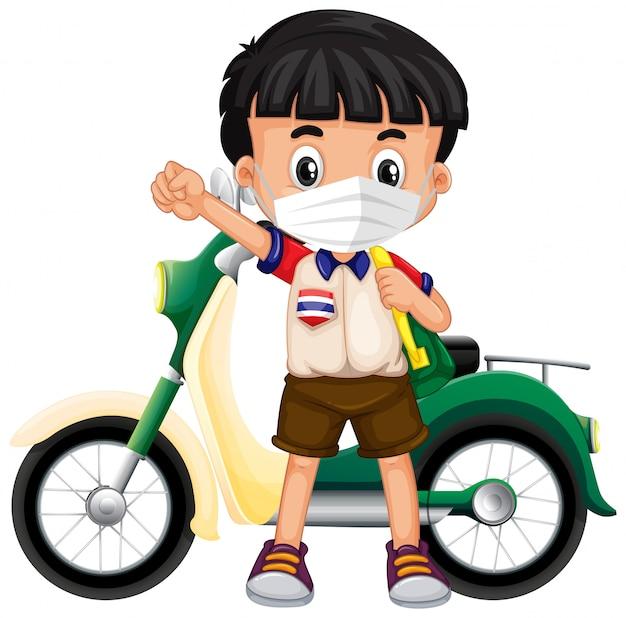 Ragazzo tailandese che indossa maschera e moto Vettore gratuito