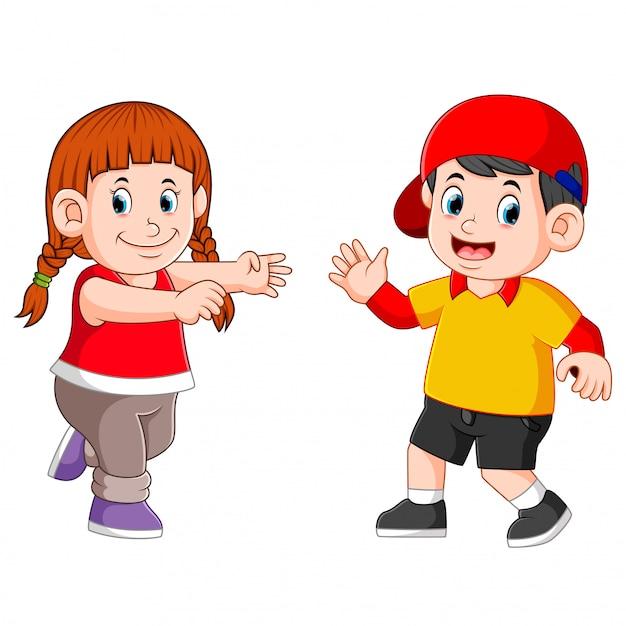 Дети танцуют вместе со счастливым лицом Premium векторы