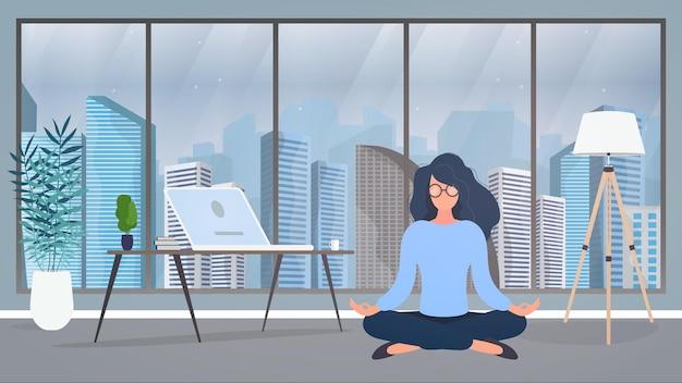 その少女はオフィスで瞑想している。女の子はヨガを練習します。部屋、オフィス、フロアランプ、部屋の成長、ラップトップ付きのテーブル、職場。図 Premiumベクター