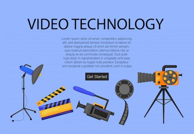 映画を作る小さなキャラクター。プロの機器の記録フィルムでカメラとスタッフを使用するオペレーター。メガホンのディレクター、カチンコの人々、リールフィルム。漫画イラスト Premiumベクター