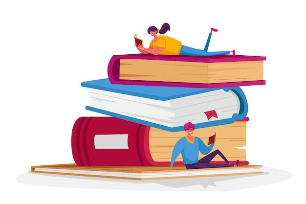 巨大な本の山で読んでいる小さな男性と女性のキャラクター。 Premiumベクター
