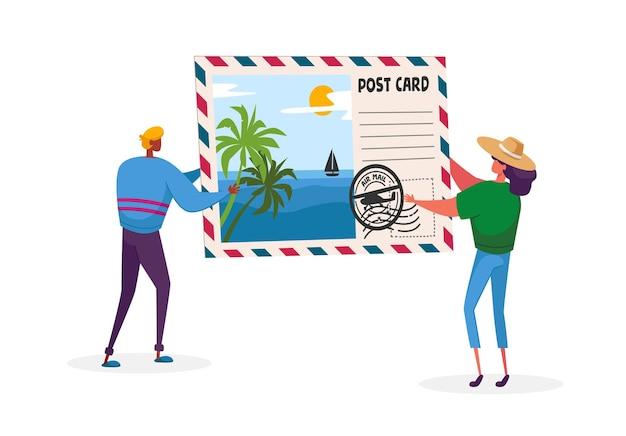 熱帯のビーチとヤシの木と巨大なポストカードを保持している小さな男と女のキャラクター Premiumベクター