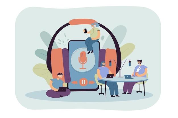 Крошечные мужчины и женщины слушают радио или передают плоскую иллюстрацию. иллюстрации шаржа Бесплатные векторы