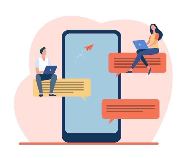大きな吹き出しの上に座っている小さな人々。スマートフォン、オンライン、メッセージフラットベクトルイラスト。ソーシャルメディアとデジタルテクノロジー 無料ベクター