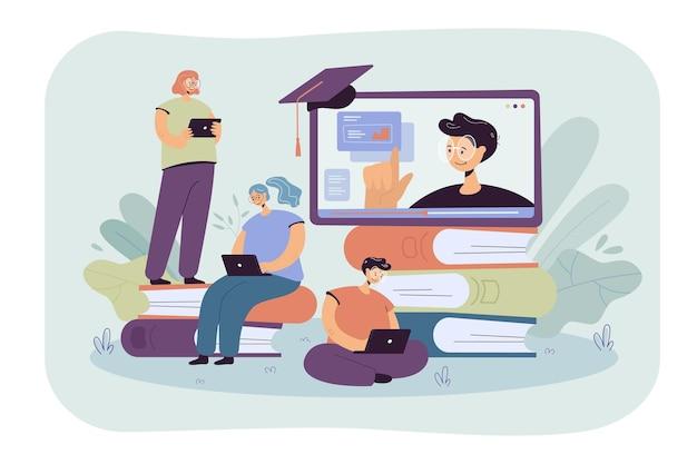 ノートパソコンのフラットイラストを介してオンラインレッスンを学ぶ小さな学生。コンピュータのウェビナーやビデオ大学の講義を聞いている漫画の人々 無料ベクター