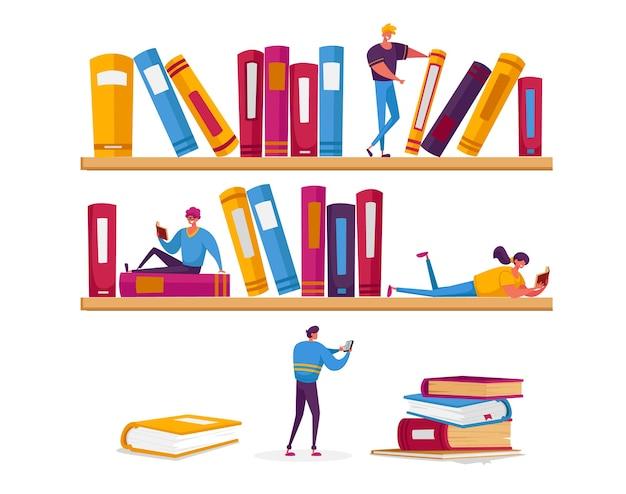 Крошечные персонажи женщин и мужчин читают в библиотеке, сидя на огромных полках с книгами. Premium векторы