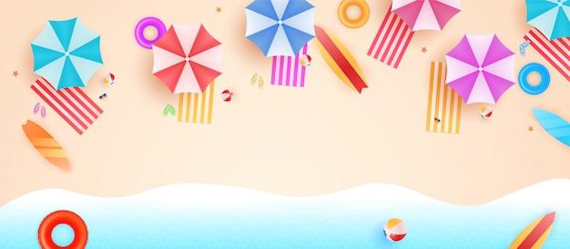パラソル、ボール、スイムリング、サングラス、サーフボード、サンダル、ヒトデ、海とトップビュービーチの背景。夏のビーチの空撮。 Premiumベクター