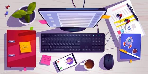Вид сверху на рабочее место с компьютером, канцелярскими принадлежностями, чашкой кофе и заводом на деревянном столе. Бесплатные векторы