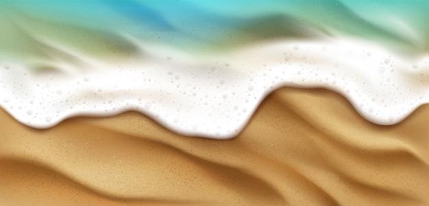 Vista dall'alto dell'onda del mare con schiuma che spruzza sulla spiaggia con sabbia. spruzzata spumosa dell'acqua blu dell'oceano sul fondo della linea costiera. superficie della natura al giorno d'estate, vista sul mare nautico, illustrazione 3d realistica Vettore gratuito