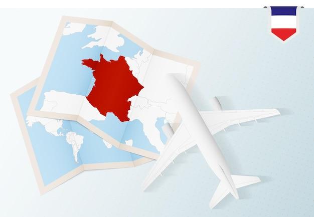 フランスへの旅行、地図とフランスの旗が付いた平面図の飛行機。 Premiumベクター