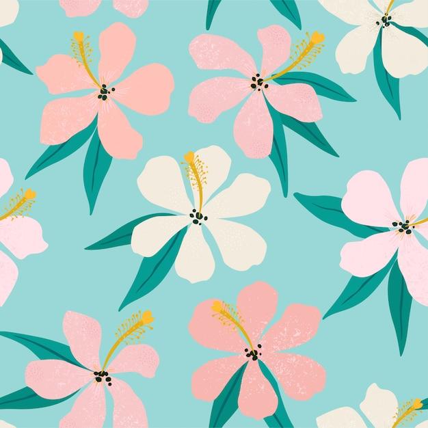 背景に熱帯の花とヤシの葉。シームレスパターン。 Premiumベクター