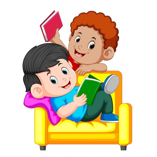 Un noi està llegint el llibre assegut en una gran cadira còmoda | Vector Premium