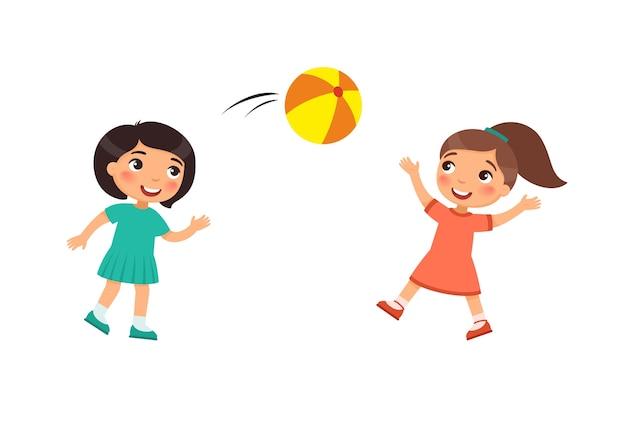 두 명의 작은 귀여운 소녀가 공을 가지고 노는. 야외에서 노는 아이 만화 캐릭터. 아이들은 즐겁습니다. 여름 레크리에이션 활동. 무료 벡터