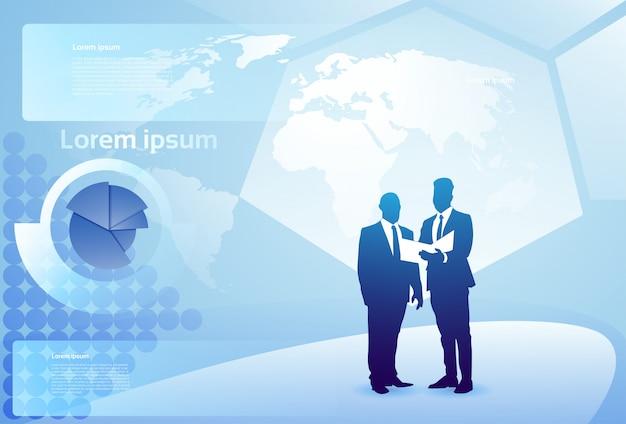 Бизнесмен 2 силуэтов говоря обсуждающ отчет по документа над диаграммой финансов, концепцией встречи бизнесмена Premium векторы
