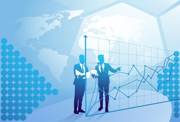 Бизнесмен 2 силуэтов говоря обсуждающ отчет о документа над диаграммой финансов, концепцией встречи бизнесмена Premium векторы
