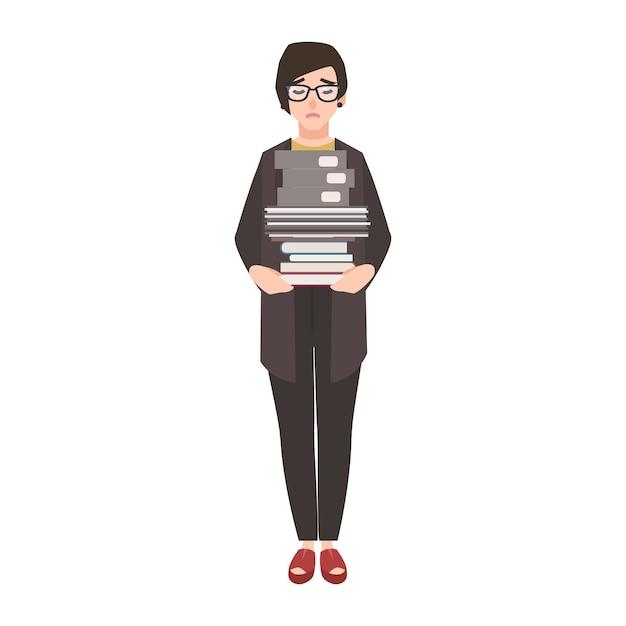 Несчастная женщина-клерк, служащий или коммерсантка, держащая стопку папок и документов. Premium векторы