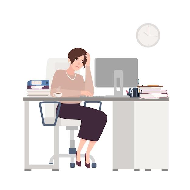 Несчастная женщина-клерк, сидя за столом. грустная, усталая или истощенная женщина в офисе. Premium векторы