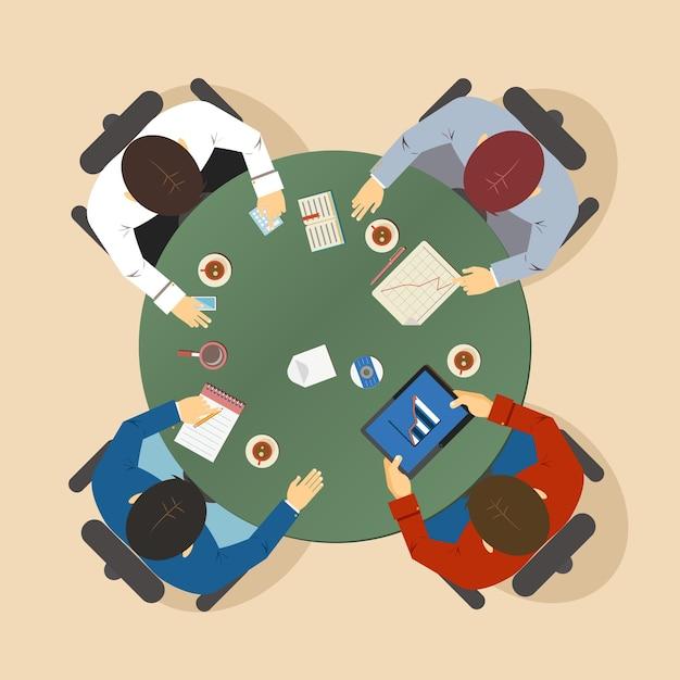 Векторная иллюстрация группы из четырех бизнесменов, сидящих за столом во время группового обсуждения и мозгового штурма, вид сверху Бесплатные векторы