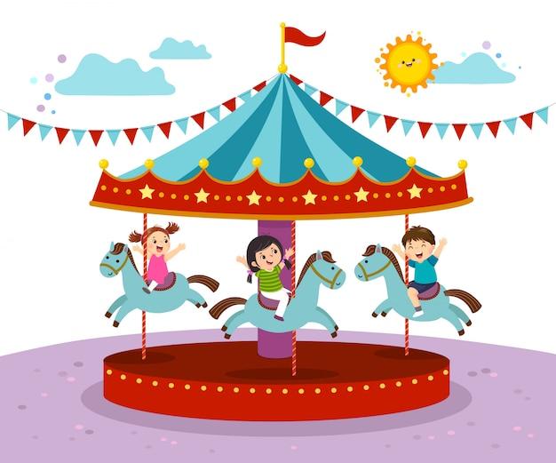 Векторная иллюстрация детей, играющих на карусели в парке развлечений. Premium векторы
