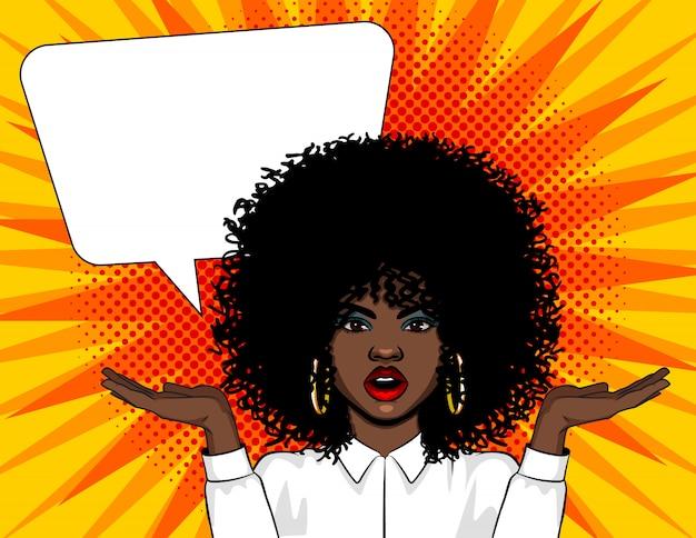 Векторная иллюстрация поп-арт удивил лицо женщины с открытым ртом и руки вверх. афро-американская женщина в шоке стоя над комической ретро стиле поп-арт с большой речи пузырь Premium векторы